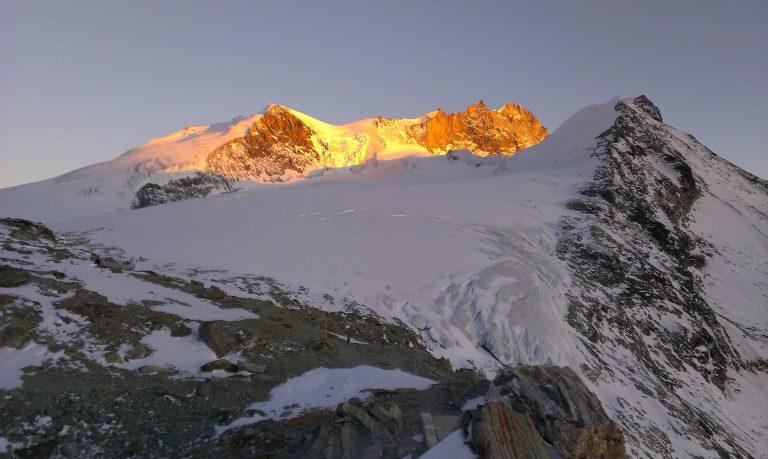 Pogled na Bishorn od koče Cabane de Tracuit - vrh na levi. Foto: Janez Nastran