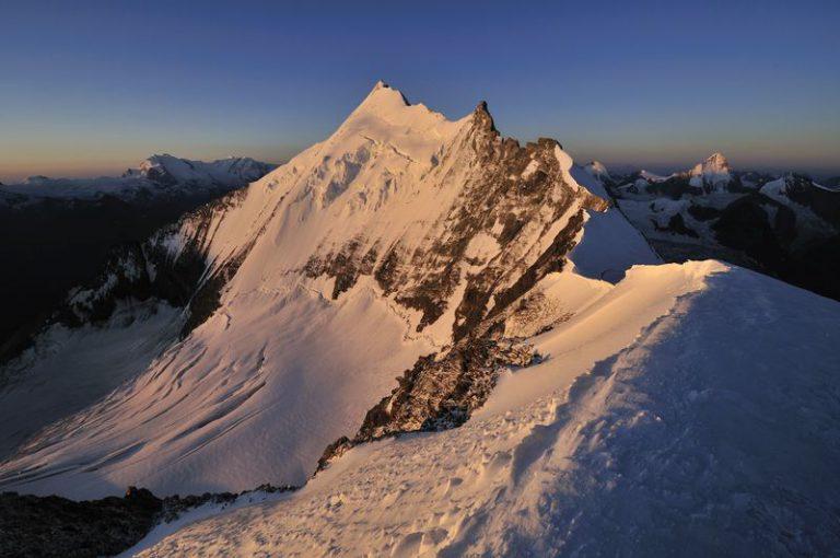 Weisshorn (WH) z Bishorna. V Severnem grebenu WH je dobro viden tudi Grand Gendarme. Vir: zermatt.ch