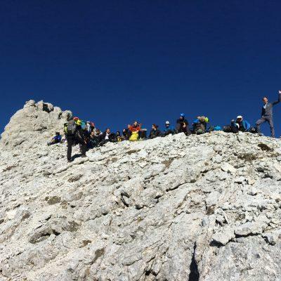 Skupinska malica pod vrhom. Foto: Janez Nastran