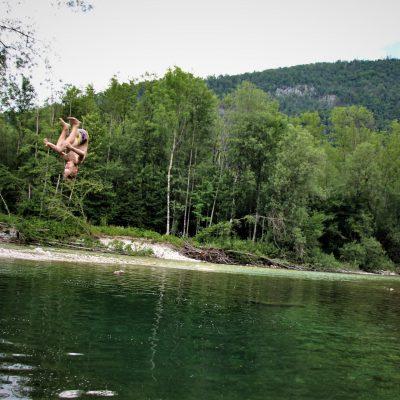 Skok pugumnih deklet v mrrrzlo vodo