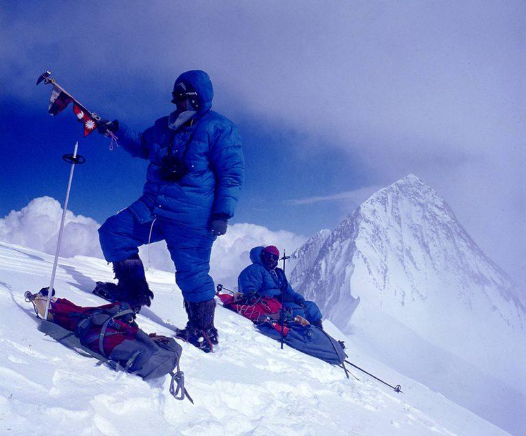 Jugoslovanska alpinistična odprava na Anapurno II (v ozadju) in Anapurno IV, najuspešnejša odprava leta 1969 v nepalski Himalaji (foto Lojze Golob)