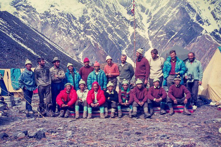 Člani tretje jugoslovanske alpinistične himalajske odprave Anapurna 1969: z leve stojijo Franc Štupnik - Cicko, Klavdij Mlekuž, Jože Andlovic, Aleš Kunaver, Anton Sazonov - Tonač, Tone Wraber, Matija Maležič - Matic, Kazimir Drašlar - Mikec in Zoran Jerin, med njimi in v sprednji vrsti ekipa šerp z vodjo, znamenitim Anulujem (tretji z leve spredaj), prvim možem na Južnem sedlu Everesta (foto Lojze Golob)