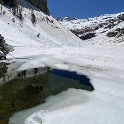 To je vse kar je vode v Krnskem jezeru. Ostalo je še pod snegom.